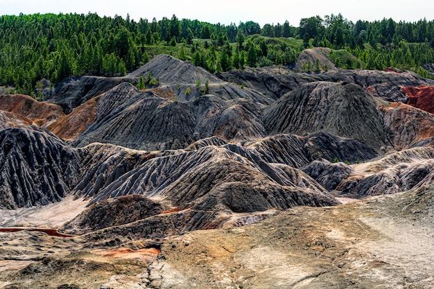 Paysage comme une surface de la planète mars. surface de la terre noire rouge-brun solidifiée. terre fissurée et brûlée. carrières d'argile réfractaire.
