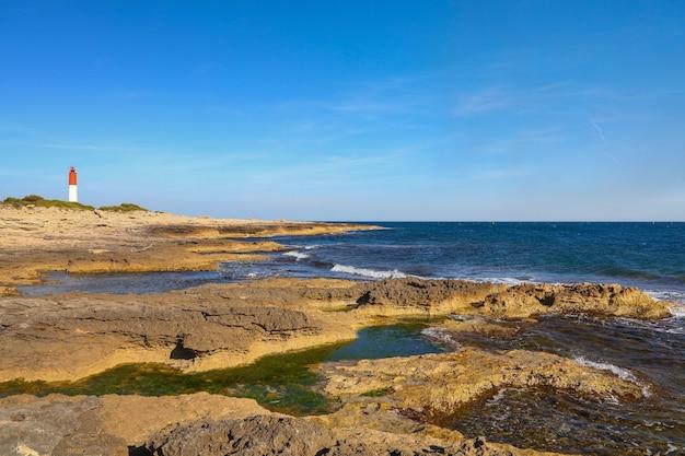 Paysage de côte de la mer rocheuse avec phare sur ciel bleu clair, high angle view, french riviera, france
