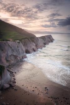 Paysage côtier du célèbre flysch à zumaia au coucher du soleil, pays basque, espagne. formations géologiques célèbres.