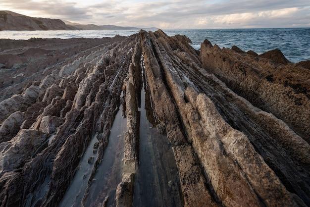 Paysage côtier du célèbre flysch à zumaia, pays basque, espagne. célèbre monument de formations géologiques.