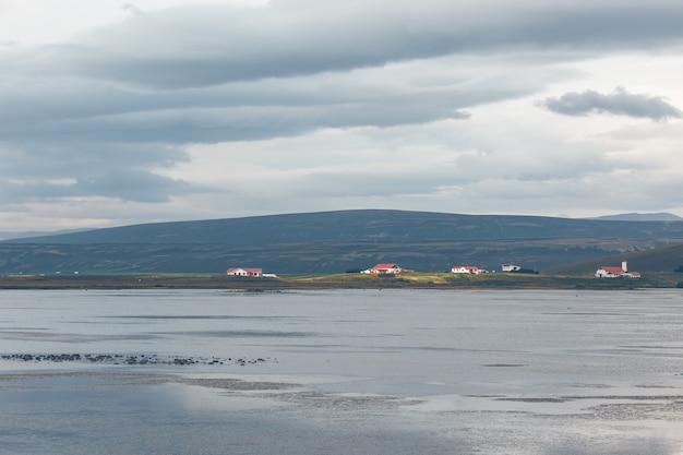 Paysage côtier de l'islande du nord avec cottages