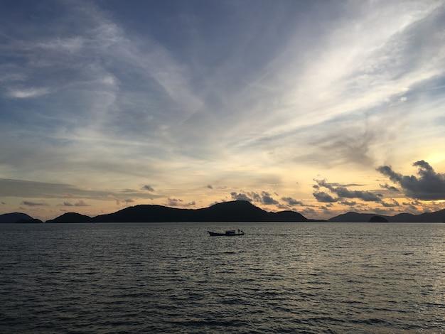Paysage de coucher de soleil de ciel de mer.