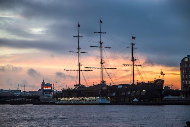 Paysage de coucher de soleil d'été de saint-pétersbourg en russie