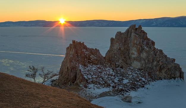 Paysage coucher de soleil sur le lac baïkal en hiver, russie.