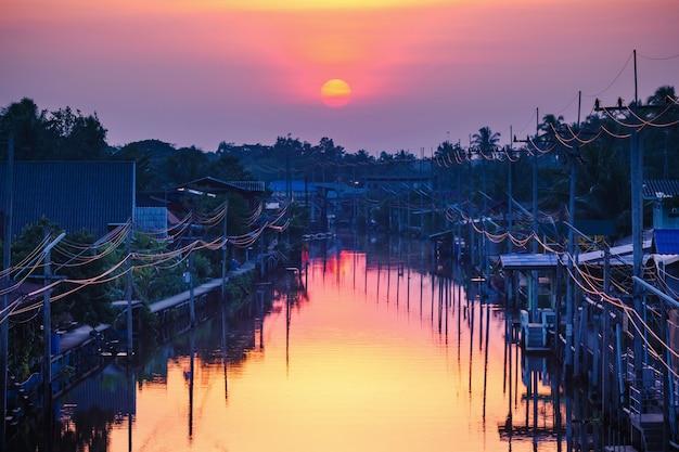 Paysage de coucher de soleil sur le marché flottant de damnoen saduak, ratchaburi - thaïlande