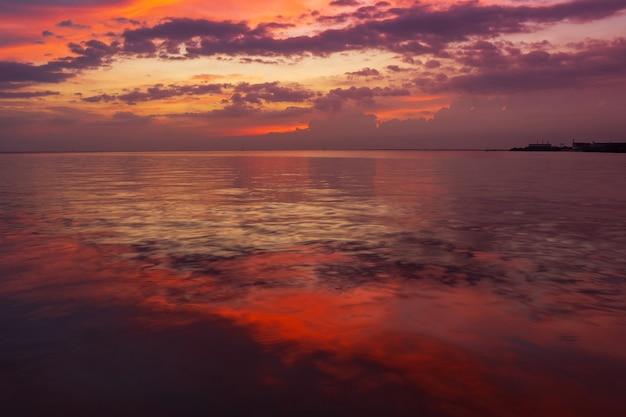 Paysage coucher de soleil sur la mer.