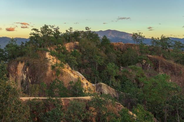 Paysage, coucher de soleil, pai canyon ou kong lan avec des touristes situé dans le district de pai, thaïlande