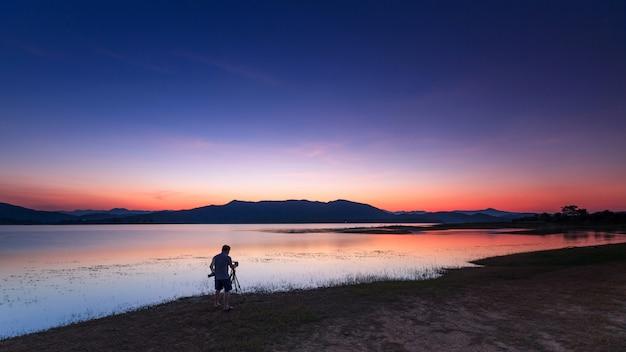 Paysage de coucher de soleil et photographe