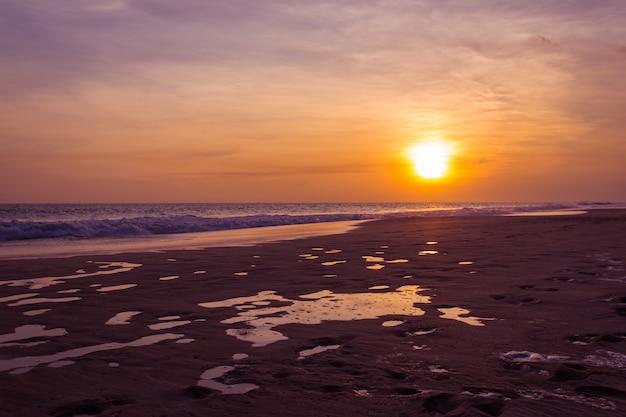 Paysage de coucher de soleil sur la plage tropicale paradisiaque au sri lanka
