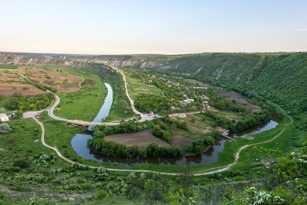 Paysage de coucher de soleil printemps vert à orheiul vechi en moldavie