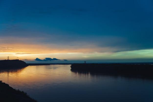 Paysage avec coucher de soleil de réflexion dans la rivière