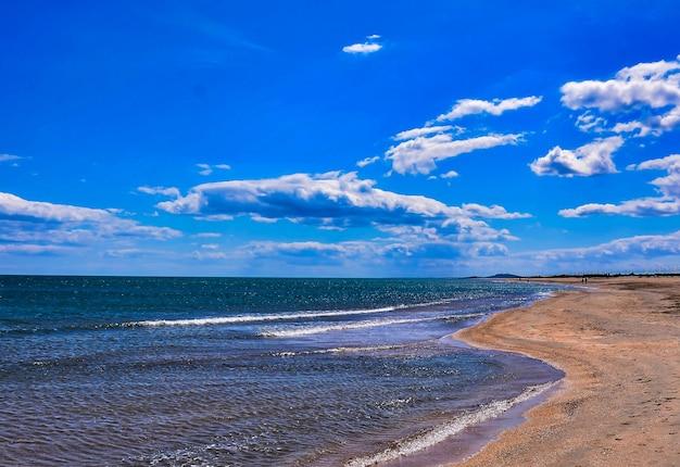 Paysage à couper le souffle d'une plage sous un ciel nuageux dans les îles canaries, espagne