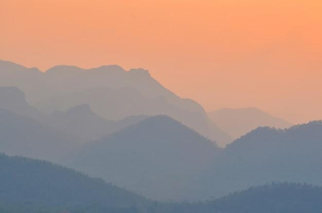 Paysage dans les montagnes avec coucher de soleil