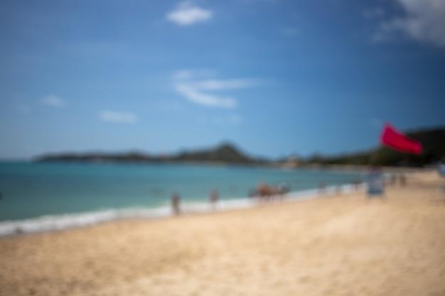 Paysage défocalisé d'une belle plage tropicale par une journée ensoleillée.