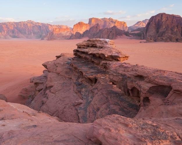 Paysage désertique du wadi rum en jordanie avec des montagnes et des dunes au lever du soleil du matin