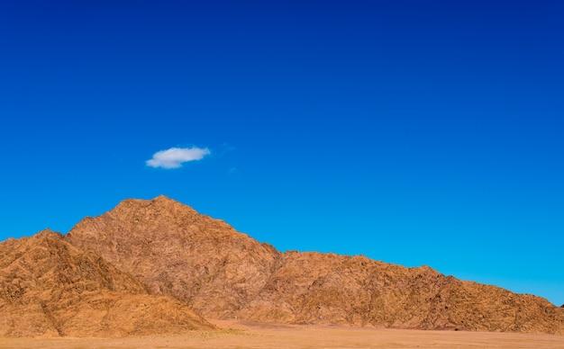 Paysage désertique avec des nuages