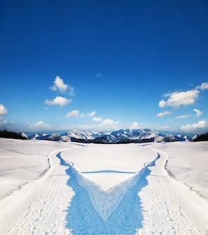 Paysage avec deux chemins dans la neige