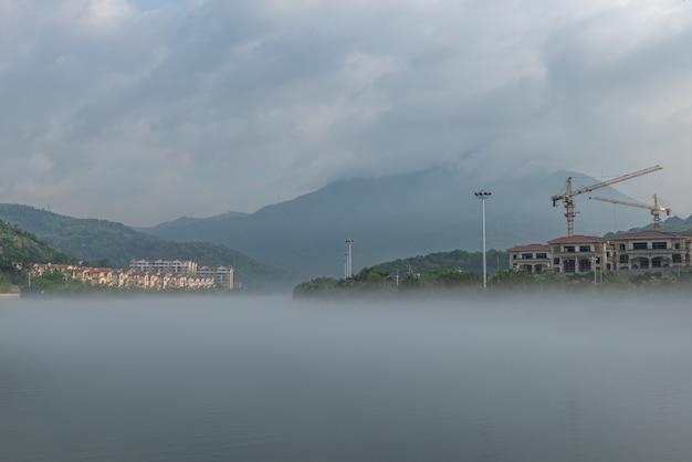Le paysage des deux côtés de la rivière dans le brouillard du matin