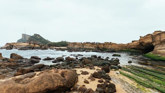Paysage du géoparc de yehliu, un cap sur la côte nord de taiwan.