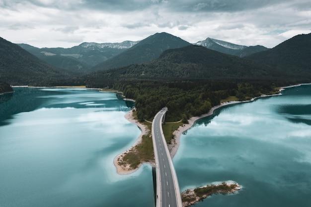 Paysage du lac de montagne artificiel de sylvenstein in bayern, allemagne