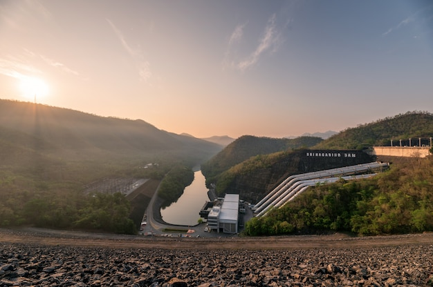 Paysage du lever du soleil sur la montagne avec centrale électrique sur barrage dans le parc national