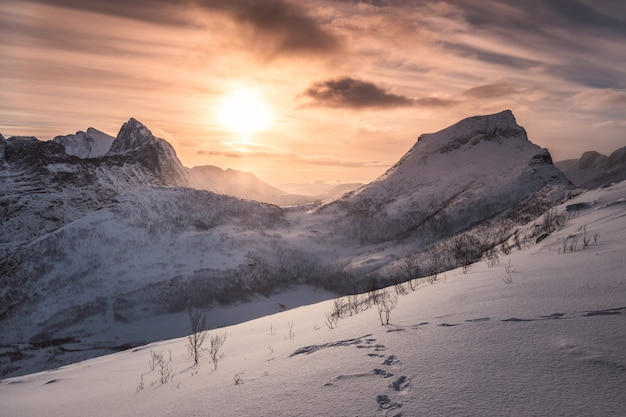 Paysage du lever du soleil sur la montagne enneigée au sommet de segla