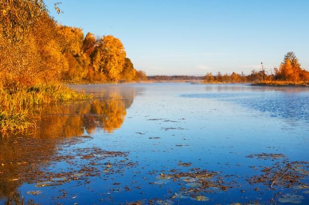 Paysage du matin sur la rivière en automne.