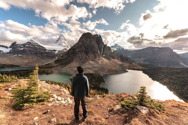 Paysage du mont assiniboine avec homme voyageur debout sur le pic niblet le soir au parc provincial, bc, canada