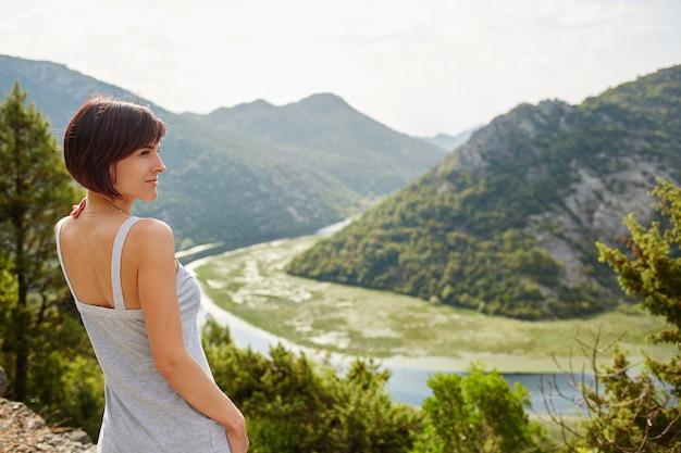Paysage du monténégro. montagnes et rivière. vacances d'été. en voyageant.