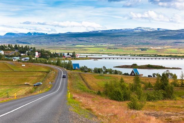 Paysage du nord de l'islande: vue sur le village de fellabaer (egilsstadir)