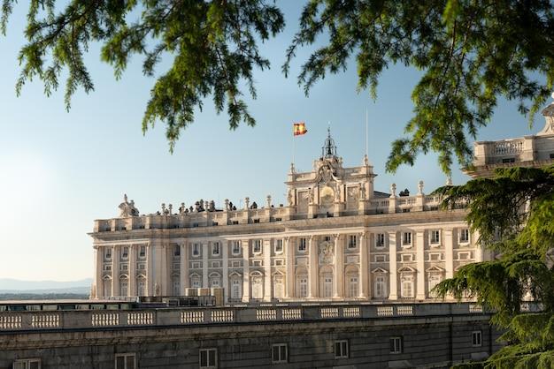 Paysage du palacio real de madrid depuis les jardins du campo del moro.
