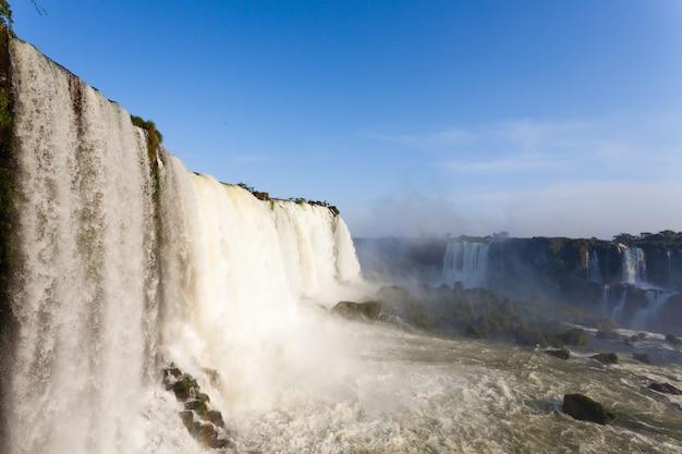 Paysage du parc national des chutes d'iguazú, argentine. site du patrimoine mondial. voyage d'aventure en amérique du sud