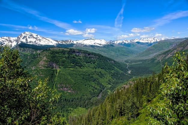 Paysage du parc national des glaciers en été avec des formations de nuages intéressantes