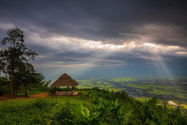 Paysage du parc national de tat mok, province de phetchaboon, thaïlande.