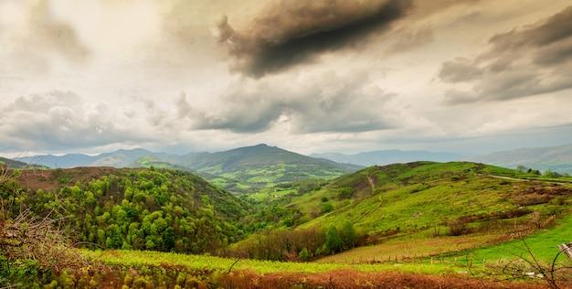 Paysage du pays basque, collines verdoyantes. campagne française dans les montagnes des pyrénées