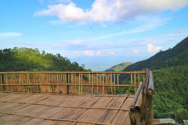 Paysage du point de vue avec montagnes, nuages blancs et ciel bleu.