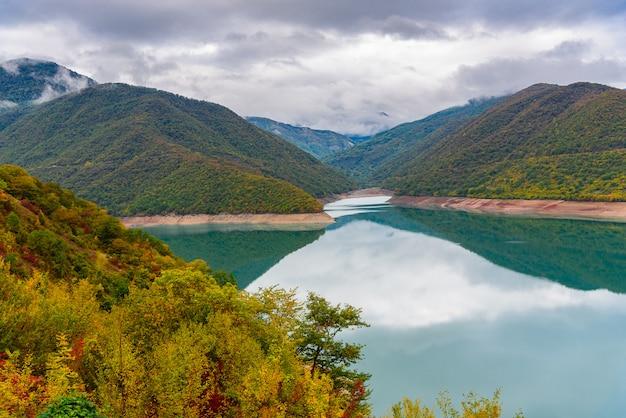 Paysage du réservoir zhinvalskoe, géorgie. quarante kilomètres au nord de tbilissi.