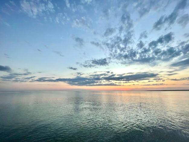 Un paysage d'eau de mer, un ciel d'horizon et une scène d'océan