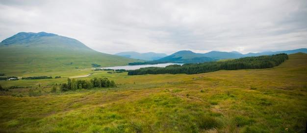 Paysage écossais avec des collines et des lacs