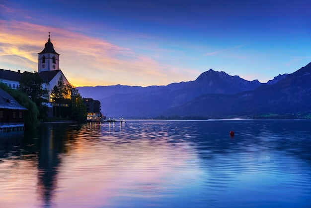 Paysage de l'église de pèlerinage de st wolfgang sur la rive nord du lac wolfgang autriche