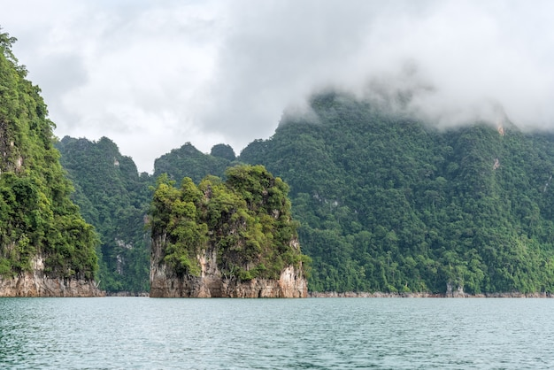 Paysage d'émeraude lac, forêt et montagne