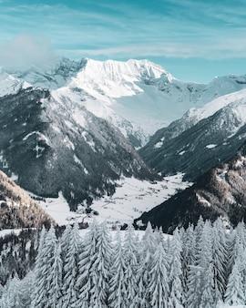 Un paysage enneigé sur les montagnes autrichiennes en hiver