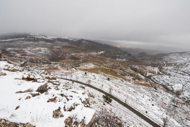Paysage enneigé des montagnes de paramo de masa, au nord de la province de burgos, en espagne.