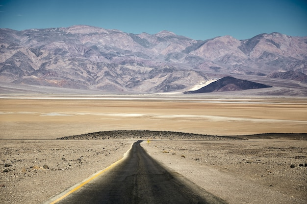 Paysage ensoleillé de l'artiste drive dans death valley national park, californie - usa