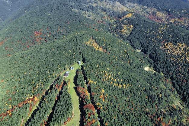 Paysage ensoleillé des carpates. vue aérienne