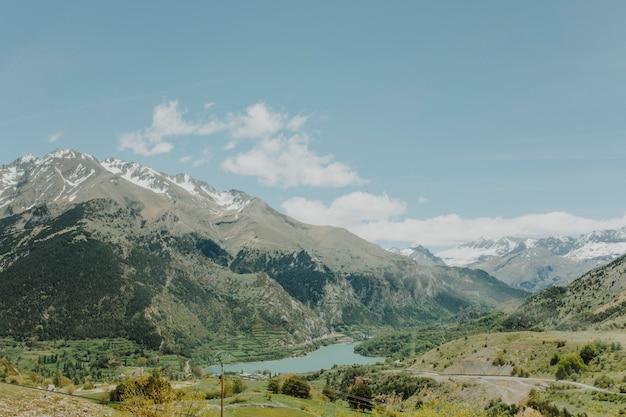Paysage ensoleillé d'une montagne