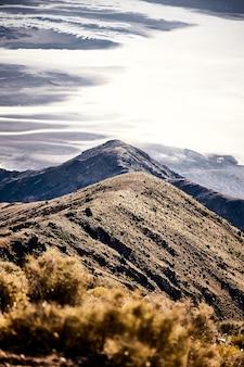 Paysage ensoleillé de la vue de dante dans death valley national park, californie