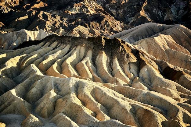 Paysage ensoleillé de la zabriskie point dans death valley national park, californie - usa