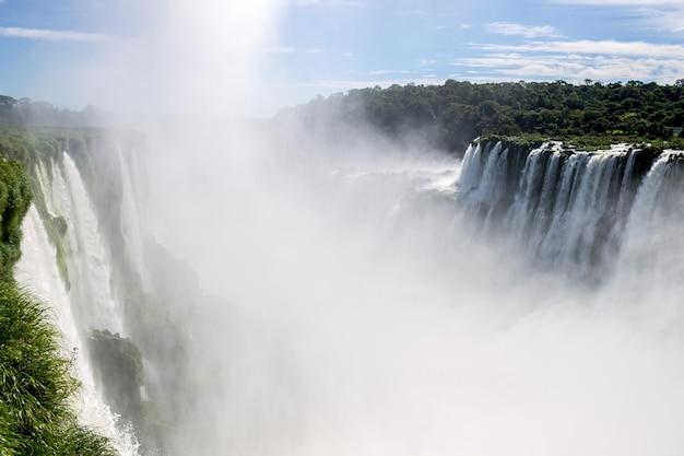 Le paysage est une cascade de grandes et belles chutes d'iguazu à puerto iguazu, argentine