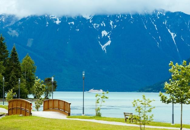 Paysage d'été d'achensee (lac achen) avec pont en bois et bateau (autriche).